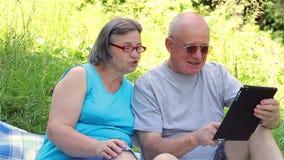 Ältere Paare mit digitalem Tabletten-PC stock video footage