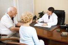 Ältere Paare mit Doktor Lizenzfreie Stockbilder