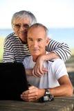 Ältere Paare mit einem Computer Stockfotografie