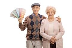 Ältere Paare mit einem Farbmuster Stockbild