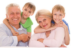 Ältere Paare mit Enkelkindern Stockfotos