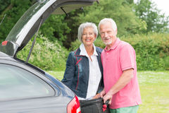 Ältere Paare mit Gepäck Lizenzfreie Stockfotografie