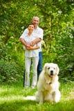 Ältere Paare mit Hund als Haustier lizenzfreie stockfotografie