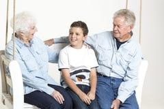 Ältere Paare mit ihrem Enkel Stockfotos