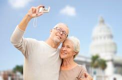 Ältere Paare mit Kamera über weißem Haus Lizenzfreie Stockfotos