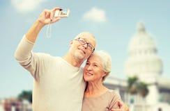 Ältere Paare mit Kamera über weißem Haus Lizenzfreie Stockfotografie