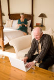 Ältere Paare mit Laptop Stockfoto