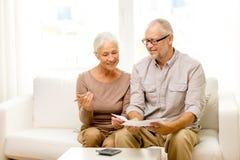 Ältere Paare mit Papieren und Taschenrechner zu Hause Stockbild