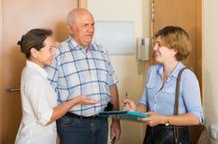Ältere Paare mit Sozialarbeiter zu Hause Stockbild