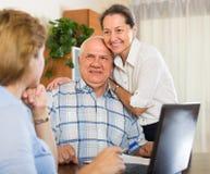 Ältere Paare mit Sozialarbeiter zu Hause Lizenzfreie Stockbilder