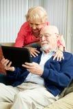 Ältere Paare mit Tablette PC stockfotografie
