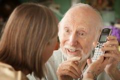 Ältere Paare mit Telefon lizenzfreie stockfotos