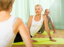 Ältere Paare mit Trainer Lizenzfreie Stockbilder