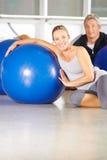 Ältere Paare mit Turnhallenball in der Eignungsmitte Stockfotografie