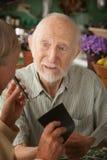Ältere Paare mit vielen Rechnungen stockbilder