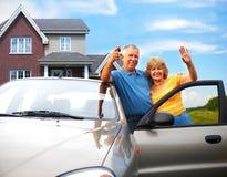 Ältere Paare nähern sich ihrem Haus