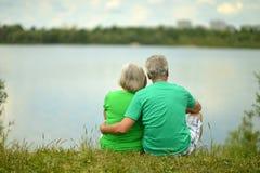 Ältere Paare nahe dem Fluss Lizenzfreies Stockfoto