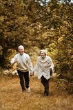 Ältere Paare am Park Stockfoto