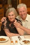 Ältere Paare am Restaurant stockbild