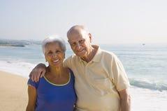 Ältere Paare am Strand Stockfotos