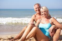 Ältere Paare am Strandfeiertag Lizenzfreies Stockbild