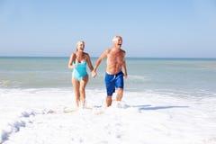 Ältere Paare am Strandfeiertag stockfotos