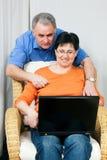 Ältere Paare surfendes Internet Stockbilder