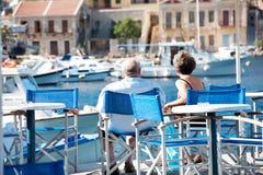 Ältere Paare in Symi Griechenland Stockbilder