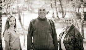 Ältere Paare und junge Pflegekraft lizenzfreie stockbilder
