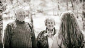 Ältere Paare und junge Pflegekraft stockbilder