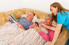 Ältere Paare und junge Pflegekraft Lizenzfreies Stockfoto
