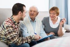 Ältere Paare und Versicherungsagent lizenzfreies stockfoto