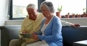 Ältere Paare unter Verwendung der digitalen Tablette stock video footage