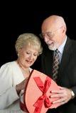 Ältere Paare - Valentinsgruß-Geschenk Stockbild