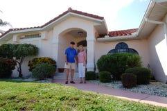 Ältere Paare vor Haus Stockfotografie