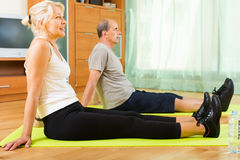 Ältere Paare, welche die Übungen Innen tun Stockfoto