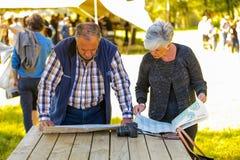 Ältere Paare am Winter gestalten Messe an Nirox-Skulptur P lizenzfreies stockbild