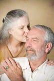 Ältere Paare - zarter Kuss Stockbilder