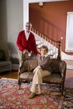 Ältere Paare zu Hause im Wohnzimmer Stockfotografie