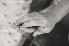 Ältere Paarhände, Abschluss herauf Bild Stockfotos