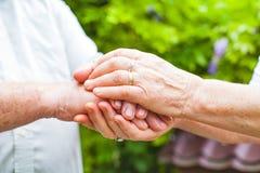 Ältere Paarholdinghände lizenzfreie stockfotografie