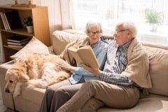 Ältere Paarlesebücher lizenzfreies stockbild