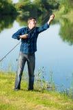 Ältere Personen aber noch aktiver Mann repariert seine Stange Stockfotografie