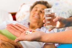 Ältere Personen, die Pillen einnehmen Stockfotografie