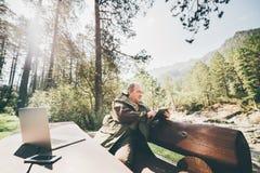 Ältere Personen plus Größenmann im Wald mit digitaler Auflage lizenzfreie stockfotografie