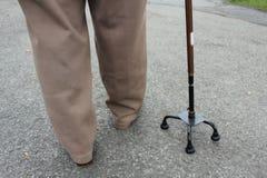 Ältere Personen u. Spazierstock Lizenzfreie Stockfotografie