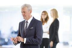Ältere Professioneller mit Handy Lizenzfreies Stockfoto