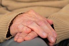 Ältere rüttelnde Hände lizenzfreie stockfotografie