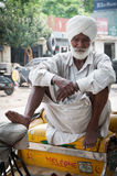 Ältere Rikscha wartet Fluggäste Stockfotografie