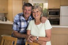 Ältere schöne Mittelalterpaare herum 70 Jahre alte lächelnde glückliche zusammen zu Hause Küche, die im Lebenszeitehemann süß sch Stockfoto